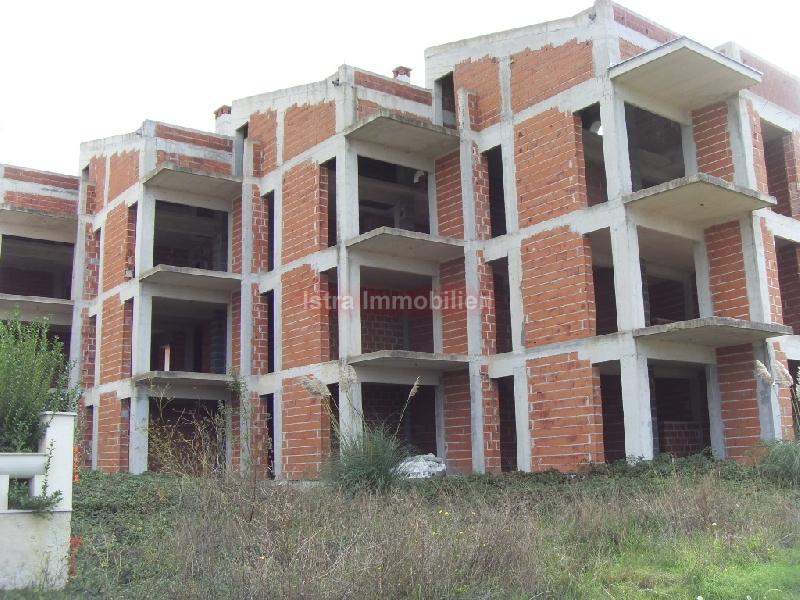 Medulin zemljište s nedovršenom apartmanskom zgradom , 300 m od mora